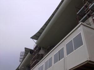 Contrasti al Ceravolo: il tetto della struttura destinata ai nuovi spogliatoi (e non solo) sovrasta il box dell'attuale tribuna stampa.